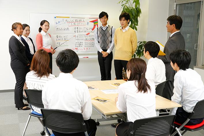 プレゼンテーション実習中の受講者