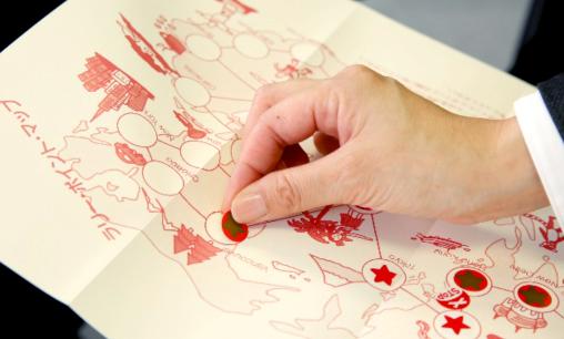 ラリーマップにシールを貼っている写真